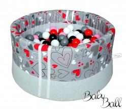Suchy basenik BabyBall z piłeczkami dla dzieci czerwone serduszka na szarym tle